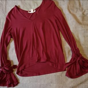 Vinröd tröja med knytning runt handlederna -Frakt 27-36kr