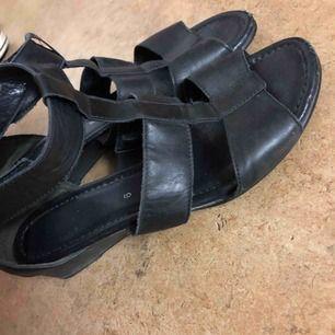 Svart fin sandletter med låg klack perfekt inför sommaren storlek 40 passar även storleken 39.  Finns att hämta i västerås eller fraktas och då står köparen för fraktkostnaden.   Sökord: skor, sandal, klack, låg, svart, skin.