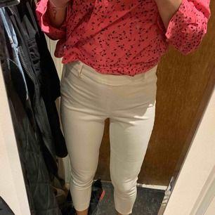 Skitsnygga tighta vita byxor med högmidja. Suuuperbekväma men måste rensa ur garderoben!! Perfekt för en med storlek 38.