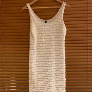 Vit klänning från H&M. Storlek 40. Supersöt!!