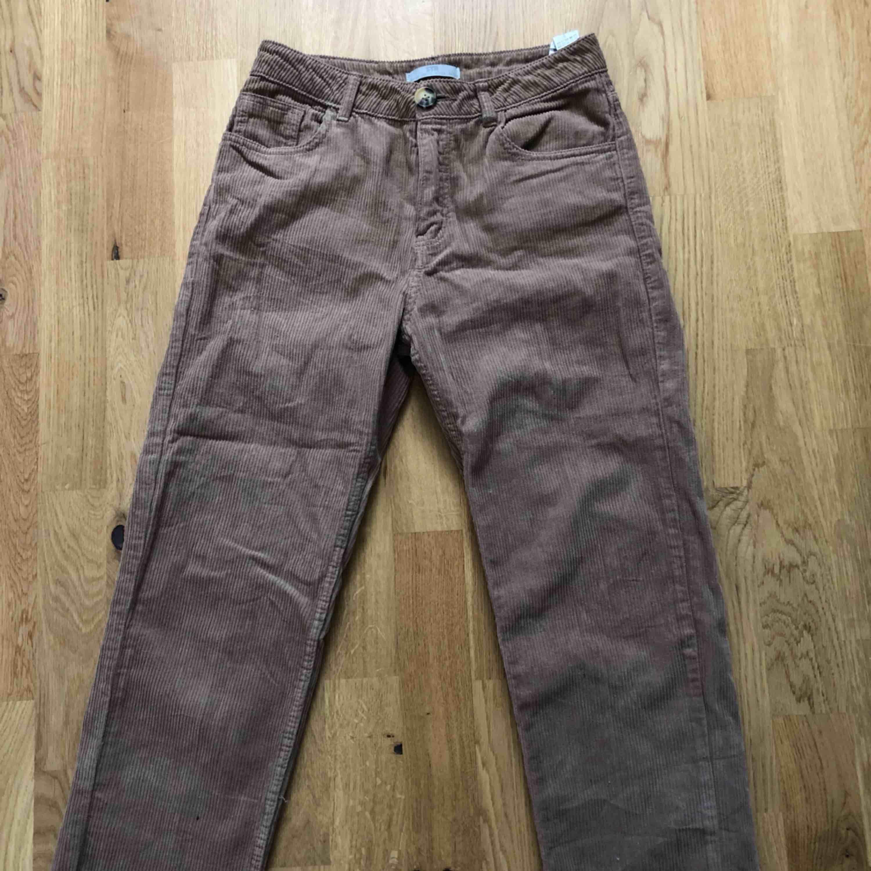 Beiga manchester byxor som passar S/M. Super sköna och snygga på💜. Jeans & Byxor.