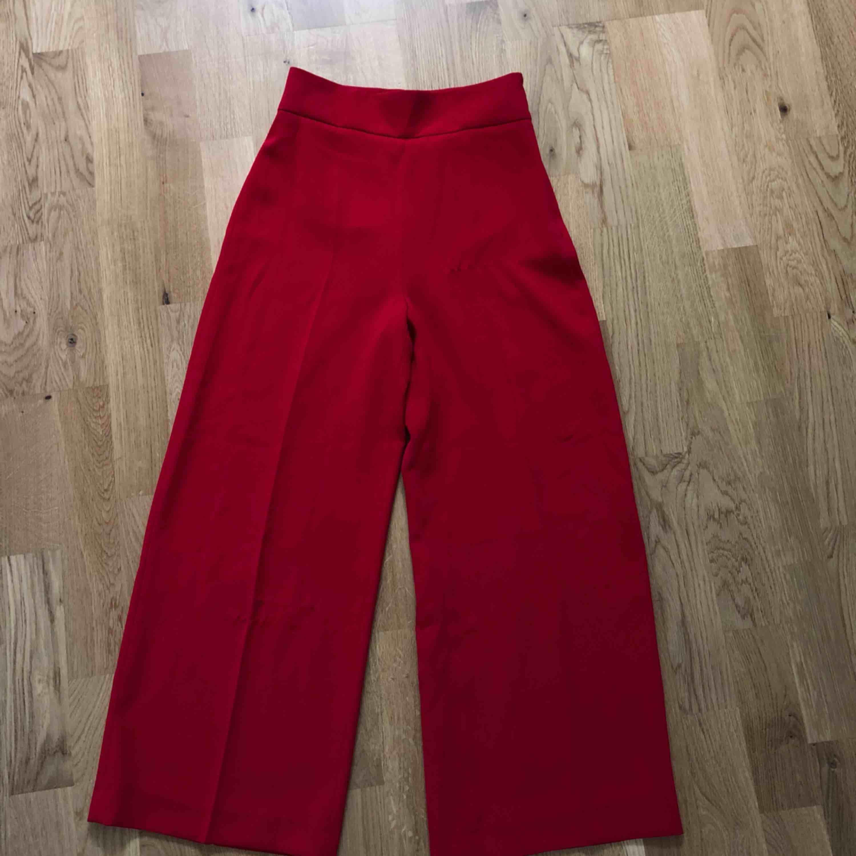 världens snyggaste byxor från zara som aldrig används pga köpte fel storlek. lappen sitter kvar. kostade 400 vid inköp. Vida i modellen och formar kroppen jätte fint❤️. Jeans & Byxor.