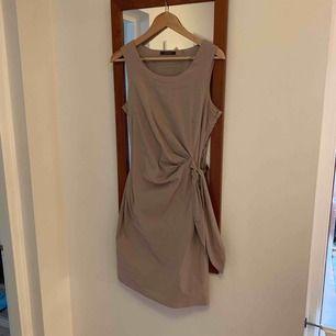 Beige / sandfärgad klänning fr Esprit. Använd en ggn.