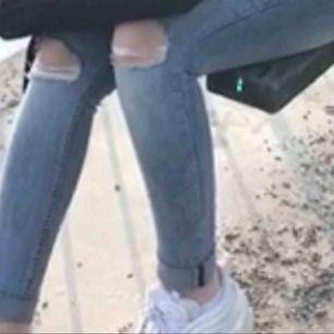 Säljer dessa jeans från h&m. Jätte fina på och jätte fin blå färg. De är även högmidjade enligt mig