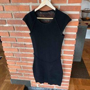 Bodycon klänning svart m djup spetsrygg (beige linne under på bilden för illustration).
