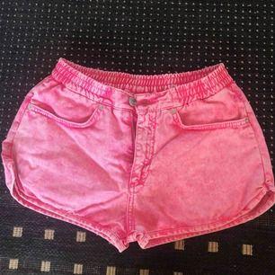 Megasnygga rosa shorts med stentvättad look. Fickor bak + fram. Från Monki i storlek XS, men passar möjligtvis S också. Har en liten, knappt märkbar fläck på högra fickan i bak, i övrigt jättefint skick. Betalning sker via Swish, ev. frakt tillkommer.