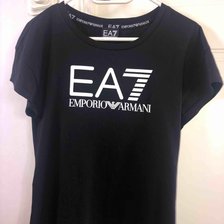 Äkta Armani t-shirt, använd högst 2 gånger då den var för stor för mig. Köpt för 500+ kr, pris kan diskuteras . T-shirts.