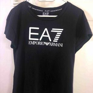 Äkta Armani t-shirt, använd högst 2 gånger då den var för stor för mig. Köpt för 500+ kr, pris kan diskuteras