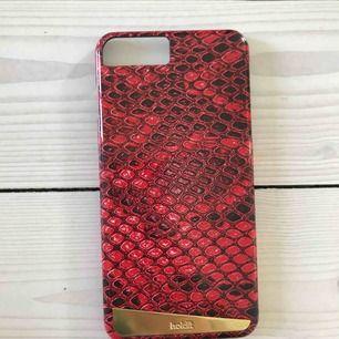 Fint mobilskal, lite repigt på det guldiga men annars i nyskick! Rött ormmönster med guldig detalj.