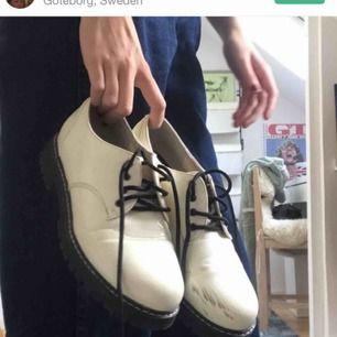 Vita 50tals skor från dinsko fast köpta här på plick (hennes bilder). Lite repiga och därför det billiga priset. Möts upp i Gbg eller fraktar mot fraktkostnad❤️