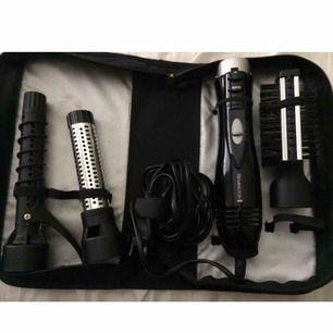 Säljer en hårtork med märket Remington, med olika redskap. - locktång - locktång - Borte med olika borstar på sidan - Hårtork + man får med väskan.  Fraktar ej!