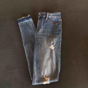 Ett par blåa små håliga jeans från Hollister. Dem är högmidjade, skinny och stretchiga! Lite långa för mig som är 165 men det är bara att vika upp dem som jag gör. Väldigt bekväma och i bra skick! Man får dessutom snygg rumpa;)  Frakt tillkommer