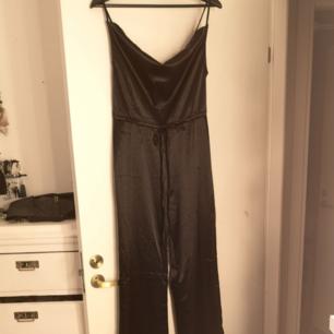 Helt ny jumpsuit i silke. Superfin o bekväm men va tyvärr för stor för mig. Snörning i midjan Smala axelband