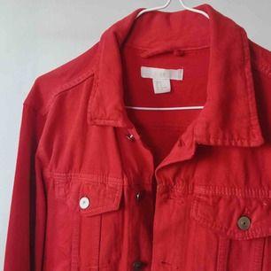 Röd jeansjacka från H&M. Använd ett fåtal ggr. Superfint skick!