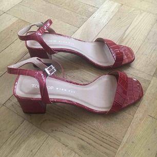 Helt nya aldrig använda sandaletter i charmig röd färg och fake ormläder. Super tjusiga! :)