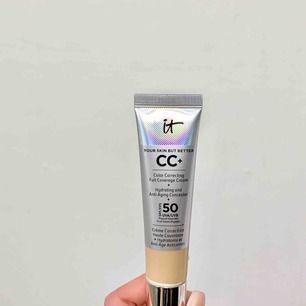 🌹It cosmetics CC Cream/foundation🌹 Aldrig använt! Endast pumpad en gång på handen. Säljer för att jag köpte fel färg via kicks.se. FÄRGEN: Light NYPRIS:390kr  Köparen står för frakt