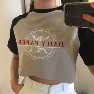 Skitsnygg retro avklippt T-shirt från daily paper! Knappt använd
