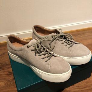 Beiga låga skor i sammet från Dasia. Använda en gång, toppenskick. Köpta för 999kr