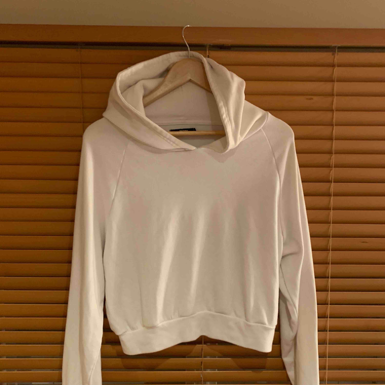 Crop hoodie från Bik Bok storlek M. Superbekväm & snygg. . Huvtröjor & Träningströjor.