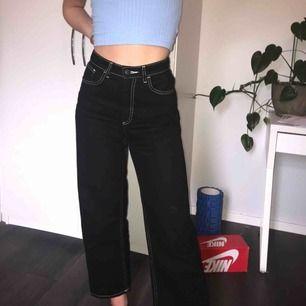 Gryms jeans som sitter bra i midjan,rumpan och i längden. Har en kärlek till dom men dom används alldeles för lite av mig. Svarta raka jeans med vit söm.