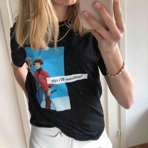 Cool t-shirt från Zara med tryck. Kan vara snygg över långärmat.   Köparen står för frakt. Möts upp i centrala Stockholm.