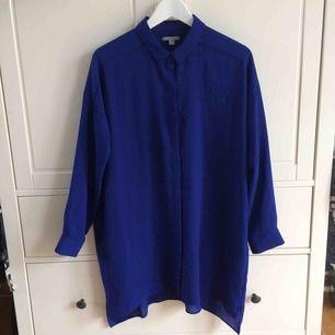 Kornblå blus/klänning från Cos. Aldrig använd. Köparen står för frakt. Kan även mötas upp i Helsingborg.