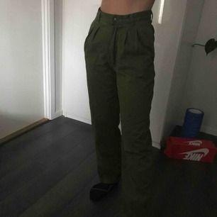 Vintage militärgröna kostymbyxor som sitter jätte bra i midja och över rumpan. Dom har perfekt passform i benen å bra längd. Köpt second hand men ser ut att vara i nysvkik då dom inte är slitna alls.