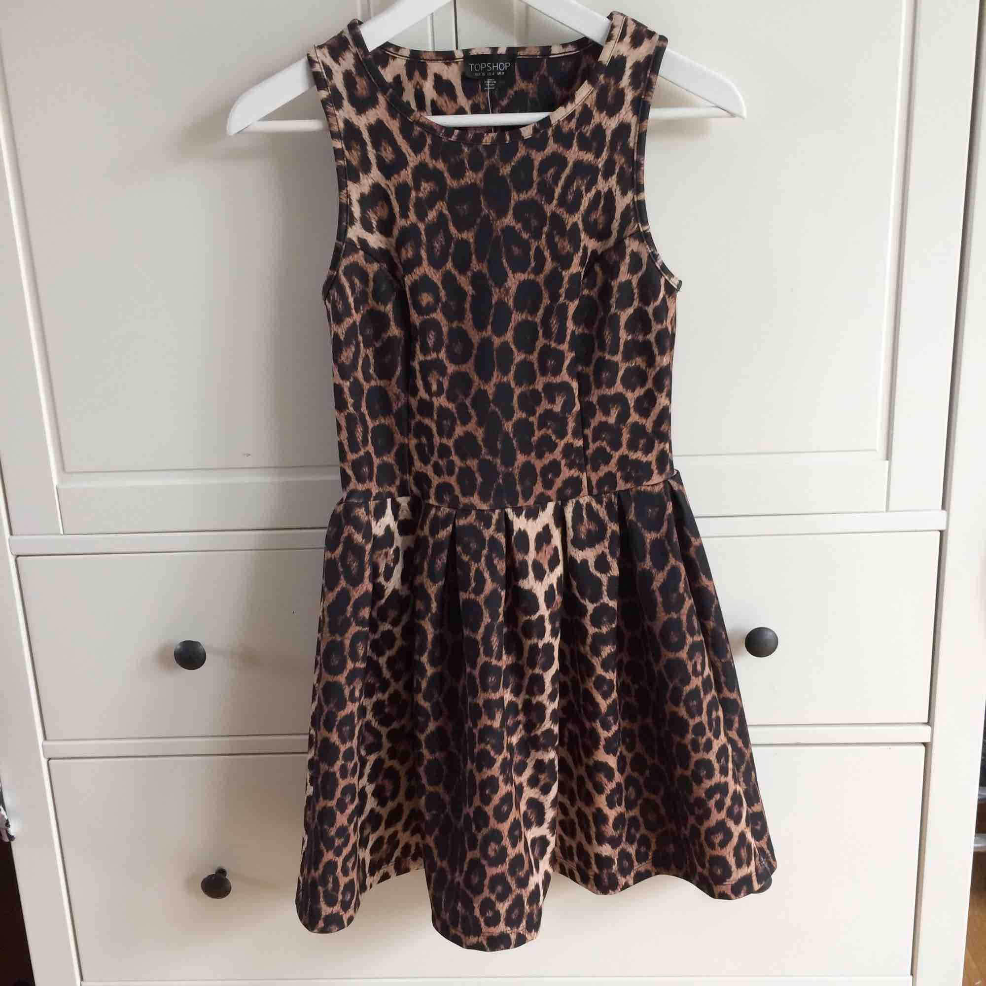 Leopardmönstrad klänning från Topshop. Aldrig använd. Prislapp sitter kvar. Köparen står för frakt. Kan även mötas upp i Helsingborg.. Klänningar.