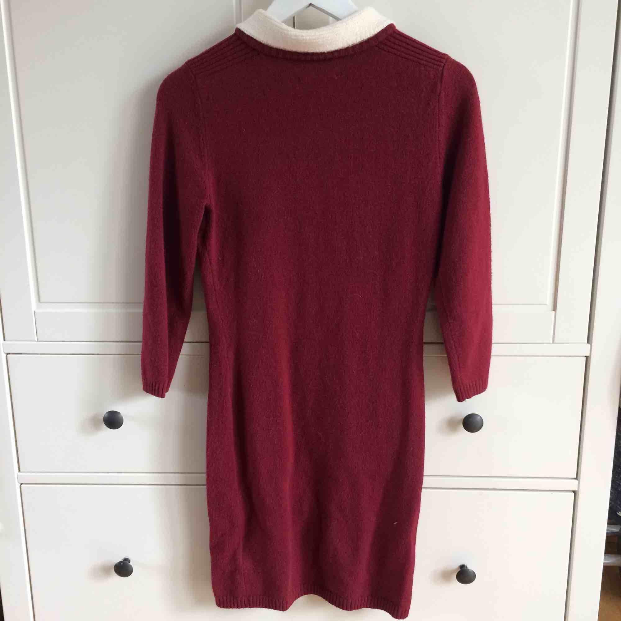 Söt vinröd klänning med vit krage från Urban Outfitters (märket Pins and Needles). Aldrig använd. Köparen står för frakt. Kan även mötas upp i Helsingborg.. Klänningar.
