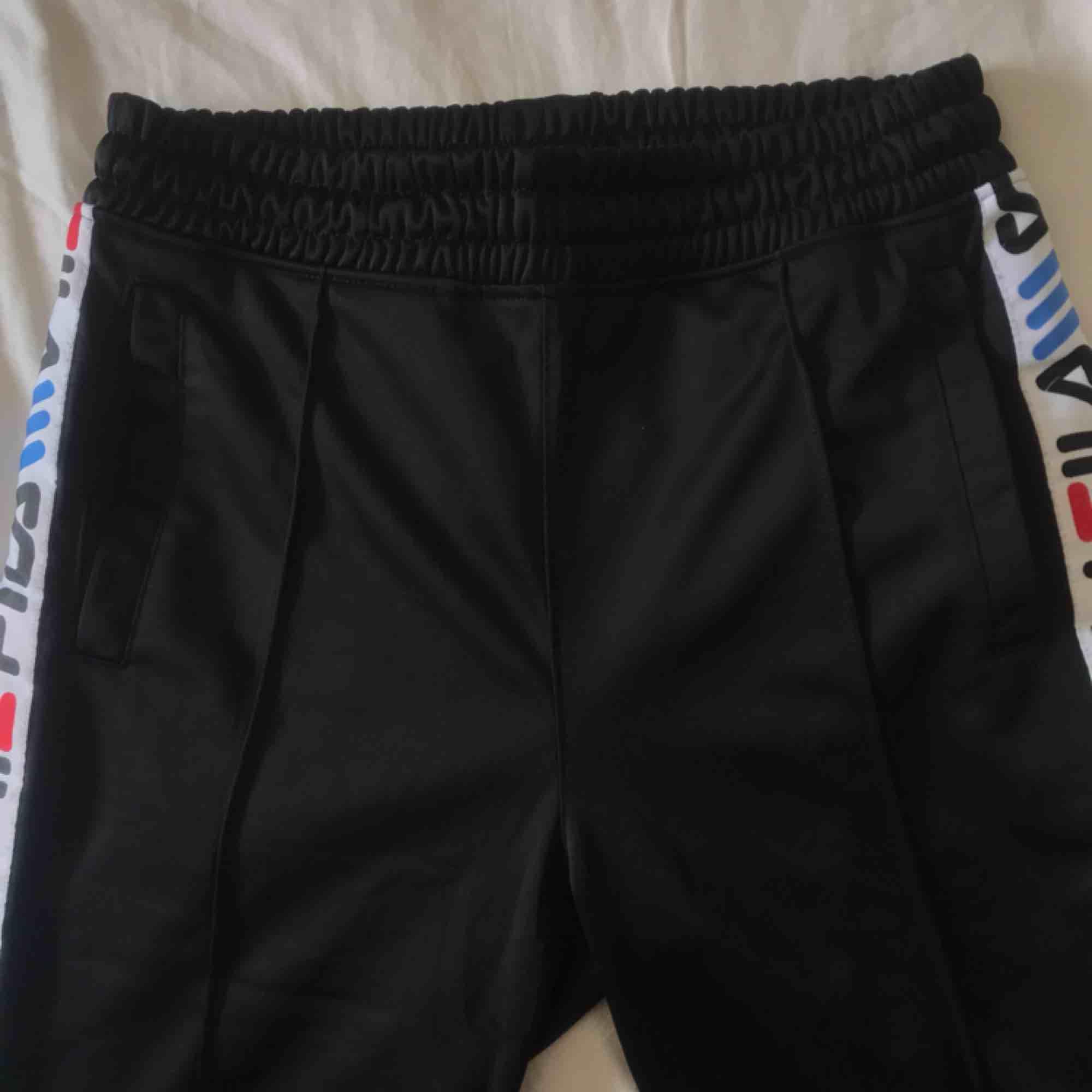 Säljer dessa feta fila pants som också är mkt sköna köpt på junkyard. Säljer pga att jag onte tycker dom sitter bra på mig, använda mycket fåtal gånger. Frakt 50kr 😊🥰💌. Jeans & Byxor.