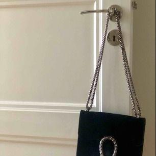 Svart sidoväska i äkta läder. Köpt i Italien.