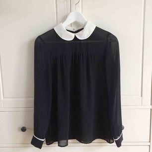 Transparent blus med knäppning i ryggen från Zara. En extra knapp medföljer. Köparen står för frakt. Kan även mötas upp i Helsingborg.