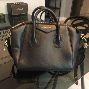 Givenchy Antigona Medium väska svart guld fint skick