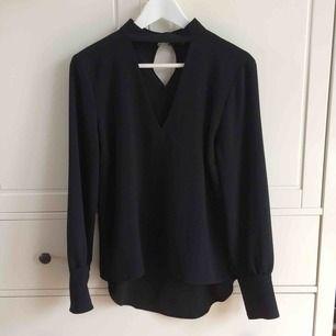 V-ringas blus från Zara. Säljer pga för stor för mig. Köparen står för frakt. Kan även mötas i Helsingborg.