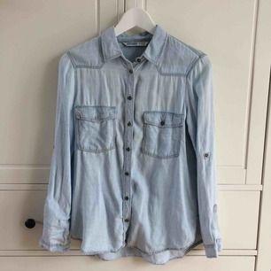 Jeansskjorta med broderat tryck i ryggen, från Zara. Använd fåtal gånger. Köparen står för frakt. Kan även mötas i Helsingborg.