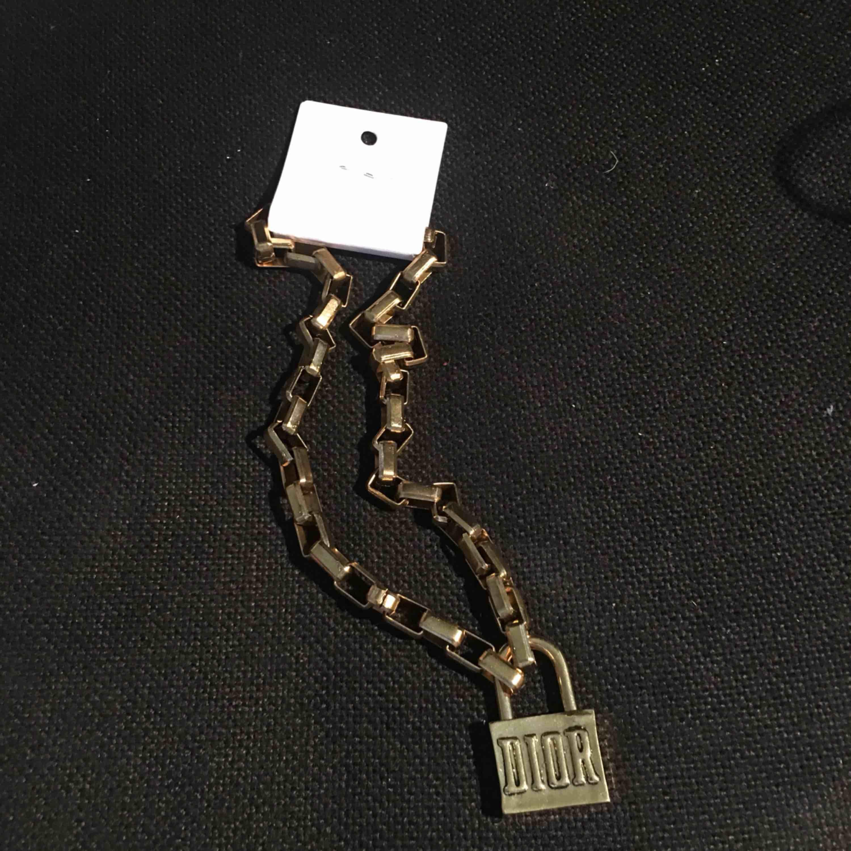 Dior halsband (kopia) säljes pga ingen användning. Finns ingen nyckel då man bara öppnar låset genom att öppna upp den (se sista bilden). FRI FRAKT!. Accessoarer.