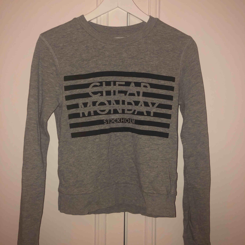 Oanvänd tröja ifrån Cheep Monday i superfint skick. Pris kan diskuteras vid snabb affär. Köparen står för frakten🌻. Huvtröjor & Träningströjor.
