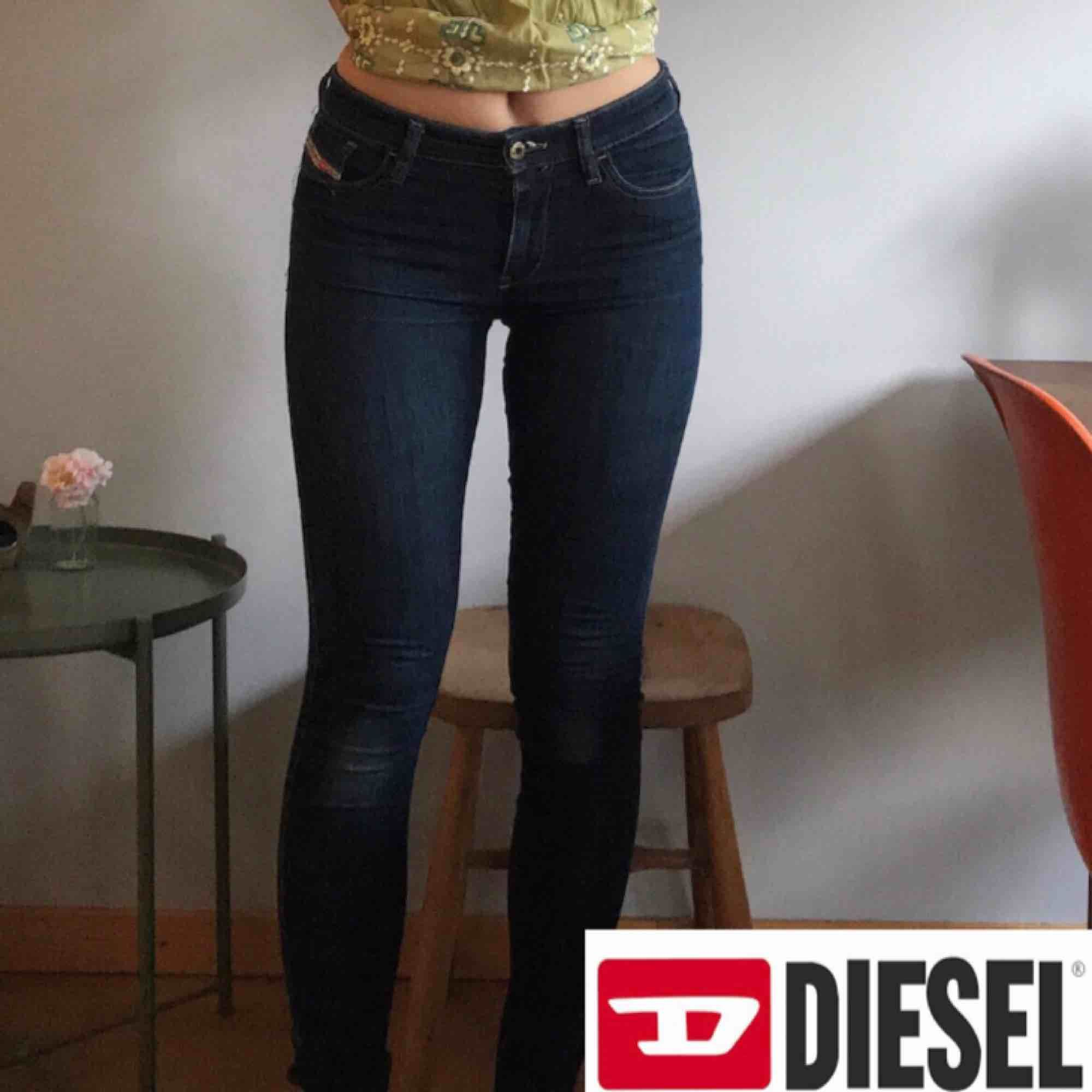 Diesel jeans. Stl 26 på lappen men de har mycket stretch så passar även mig som har runt 29. Ett hål i genen (därav priset). +Frakt 50kr. Jeans & Byxor.