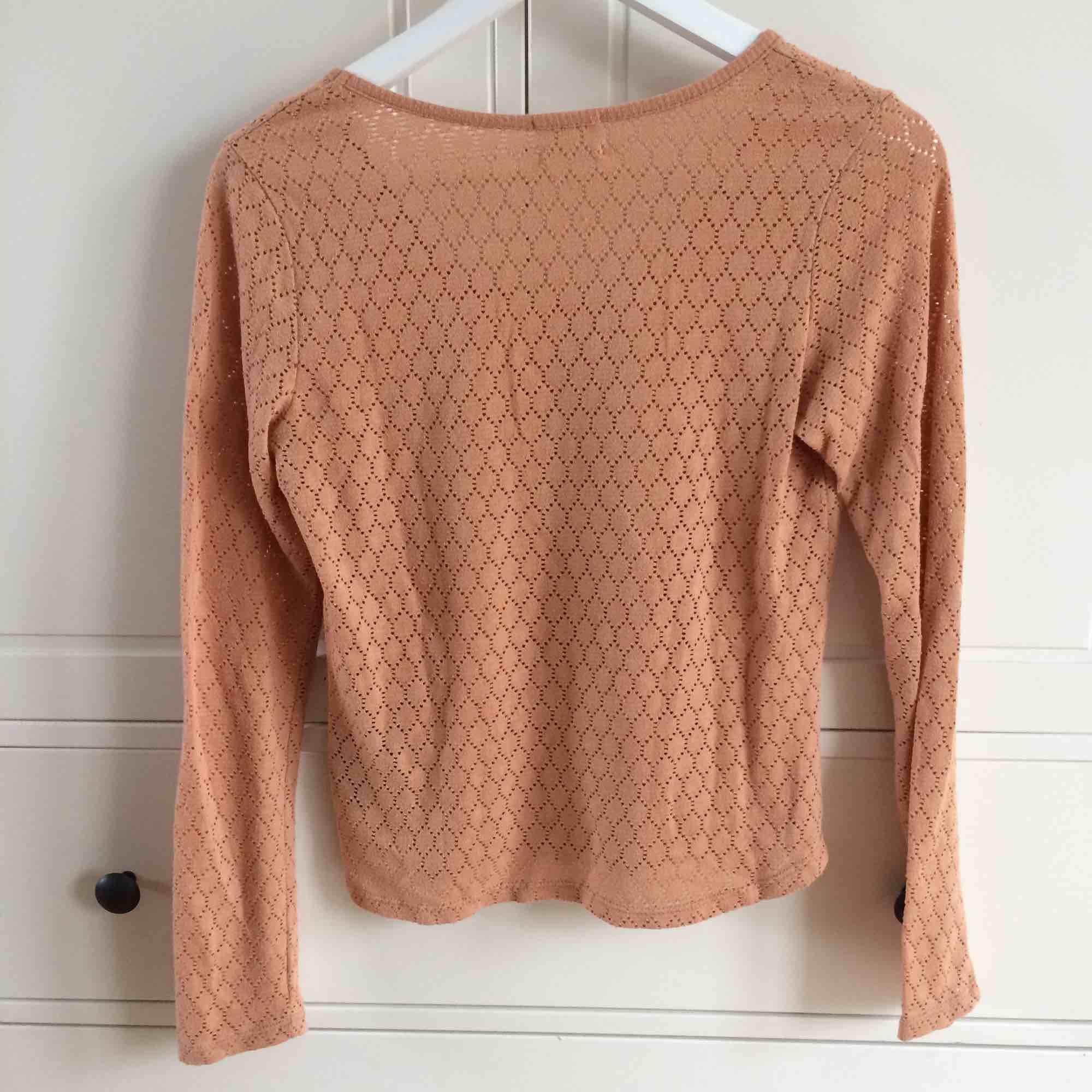 Säljer min favvo-tröja pga för liten. Unikt mönstrad tröja i brun/beige färg från Urban Outfitters (märket Pins and Needles). Köparen står för frakt. Kan även mötas upp i Helsingborg. . Toppar.
