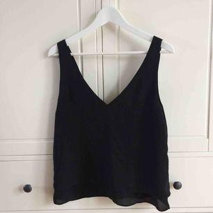 Svart blus/linne med snörning i ryggen köpt på Zara i Sydney. Köparen står för frakt. Kan även mötas upp i Helsingborg.