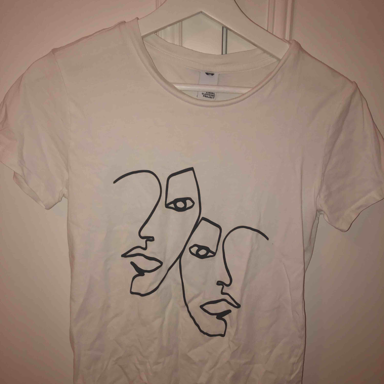 En as cool t-shirt som är köpt här på plick. Säljer då den var lite för liten för mig. Köparen står för frakt🌻. Skjortor.