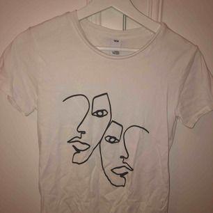 En as cool t-shirt som är köpt här på plick. Säljer då den var lite för liten för mig. Köparen står för frakt🌻