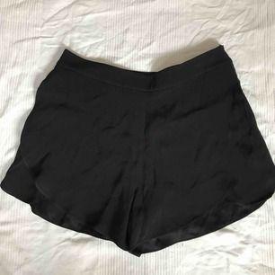 Min mammas shorts som aldrig ör använda. Inget fel utan är bara inte hennes stil. Det finns en dragkedja på sidan om den.😉