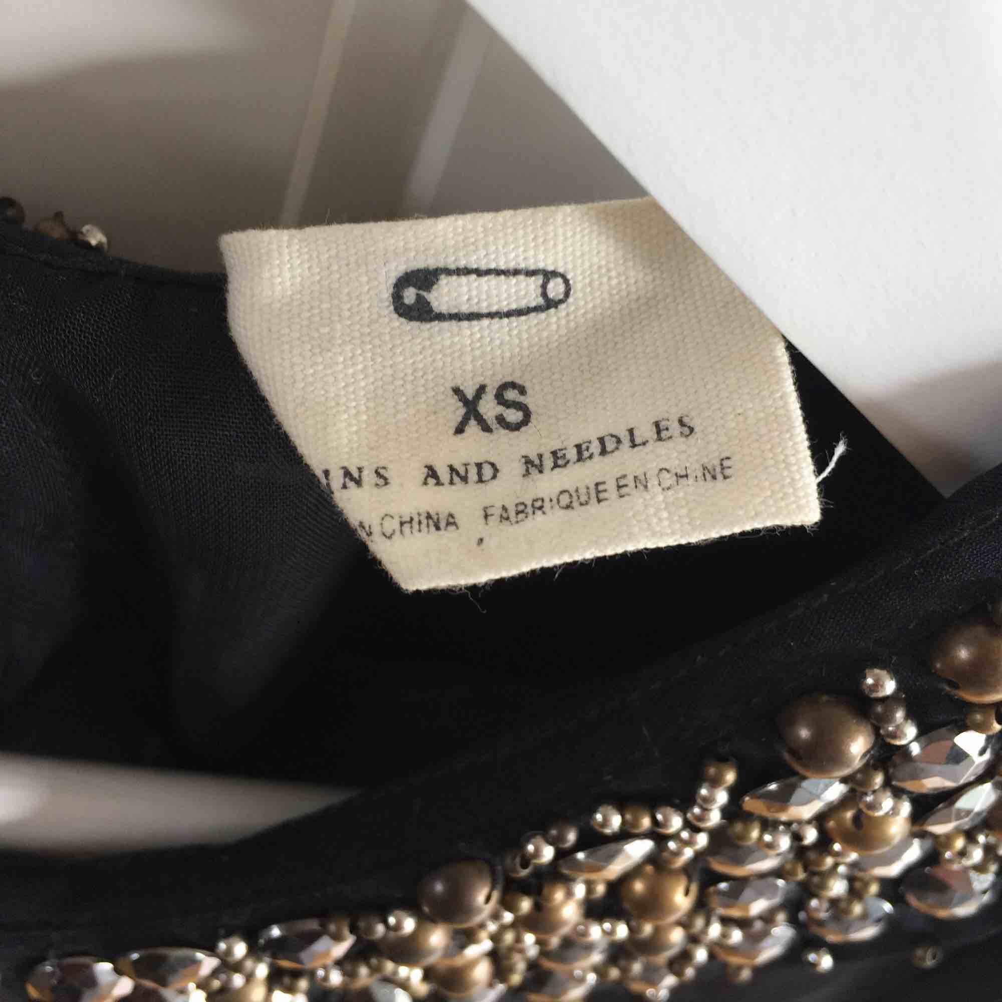 Transparent blus med stenar på kragen, från Urban Outfitters (märket Pins & Needles). Aldrig använd. Köparen står för frakt. Kan mötas upp i Helsingborg. . Toppar.