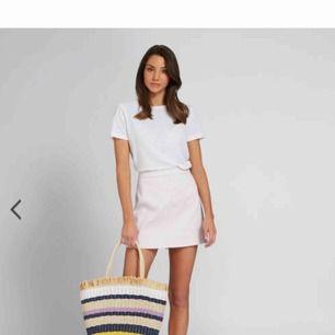 Helt ny kjol. Aldrig använd. Beställd från Australien s för 400kr + tillägg för import. Jättefin men tyvärr lite för stor för mig! Size 10 (AUS & GB) vilket motsvarar 38-40. Medium