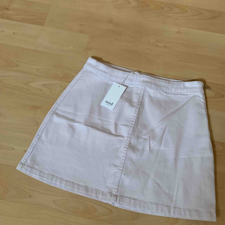 Helt ny kjol. Aldrig använd. Beställd från Australien s för 400kr + tillägg för import. Jättefin men tyvärr lite för stor för mig! Size 10 (AUS & GB) vilket motsvarar 38-40. Medium. Kjolar.