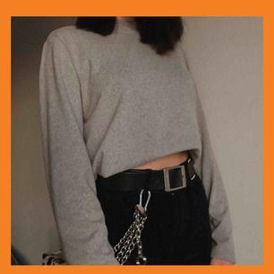 riktigt skön tröja i mjukt material, står xl på den men skulle säga att den passar L och neråt! frakt är redan inräknat :)