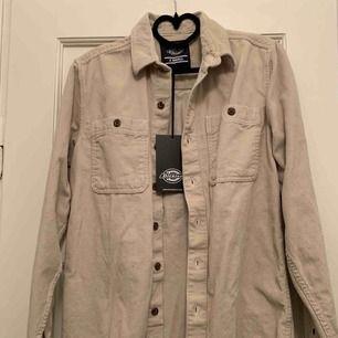Oanvänd skjorta från Dickies, prislapp kvar. Nypris: 899kr