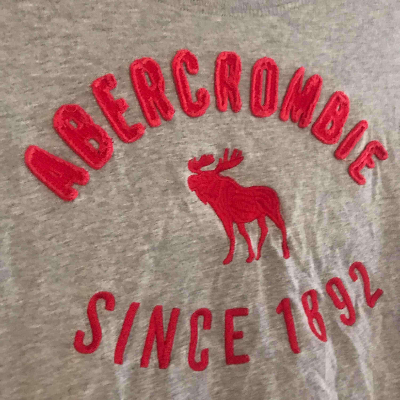 Skön t-shirt från Abercrombie! Passar även en xs! Använd några gånger men väldigt bra skick! Köparen står för frakten. Kolla gärna in mina andra kläder som ja säljer ☺️. T-shirts.
