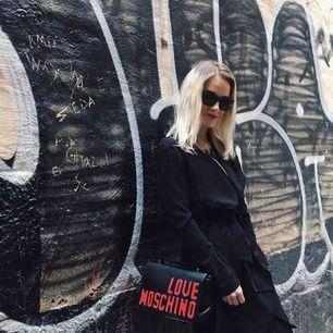 Love moschino väska som är jättefin! Men tyvärr ej kommer till användning. Nypris: ca 2100kr.  Frakt ingår, eller möts upp i Sthlm city! ☀️